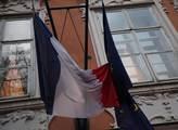 Francozská a evropská vlajka na budově francouzské...