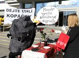 Happening Greenpeace s názvem Miluje ministr Brabe...