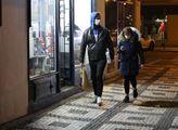 Lidé s rouškami jsou v ulicích Prahy vidět málo