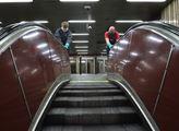 Zaměstnanci metra dezinfikují madla eskalátorů