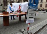 Před pražským magistrátem probíhá registrace dobro...