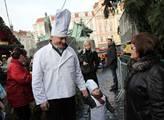 Primátor Svoboda přišel se svým dvouletým synem Ad...