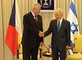 Miloš Zeman tiskne ruku Šimonu Perésovi