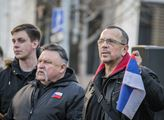 Poslanec Foldyna poslouchá projev na demonstraci z...