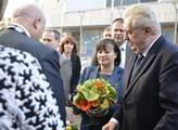 Miloš Zeman s manželkou před ústeckým krajským úřa...