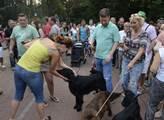 Tomio Okamura venčí psa v Šanovském parku v Teplic...