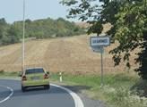 Vjíždíme do Drahonic v Ústeckém kraji, obce se zác...