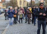 Tleskající publikum na Husově náměstí v Rakovníku,...