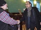 Fotograf Ibra Ibrahimovič z Meziboří (vlevo) se zd...