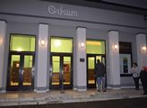 Kulturním dům Orfeum v Kadani, s pamětní deskou k ...