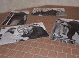 Fotografie, rozprostřené kolem skulptury, jsou od ...