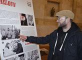 Muzejní pracovník Jiří Kopica u infopanelu o Karlu Melounovi a obelisku.