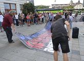 VIDEO Babiši, máme pro tebe píseň. Senátor a dav lidí včera ve Varech účtovali s premiérem a Rusy