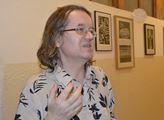 Terezínský lektor Pavel Straka u vystavených obraz...