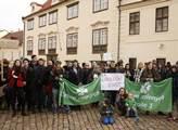 Protidemonstrace za přijímání uprchlíků a proti fa...