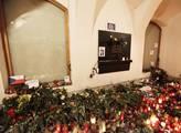 Svíčky, květiny a vzkazy pro zesnulého Václava Hav...