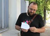 Milan Kramoliš poskládal z papíru symbol letadla, ...