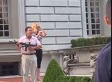 """USA: """"Zabijeme vás, vezmeme vám dům!"""" Slavný pár, který na demonstranty vzal zbraň, přestal mlčet a řekl vše"""