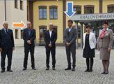 """""""Roušky. Rozestupy. Chraňte se!"""" nabádali v Hradci Králové obyčejné lidi. Teď se podívejte, jak to vypadalo, když dorazili bossové ODS a ČSSD"""