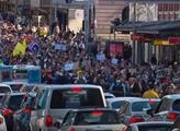 Tisíce lidí v ulicích, desítky zadržených a zraněných. Australanům došla s uzávěry trpělivost