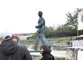 """Šok v Berlíně: """"I oni jsou lidi!"""" Černoch prodávající drogy má sochu v parku"""