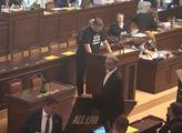 Kalousek nemluví pravdu, dokazuje poslanec Volný, kterému kradl transparent. Liberální demokraté dnes ve jménu jediného povoleného hesla neváhají vraždit
