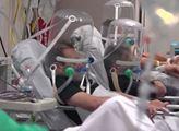 Nemoci covid-19 již podlehlo přes 200 tisíc lidí. V mnoha zemích je situace nadále vážná