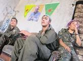 Snímky zachycují kurdské bojovníky na hranici s Is...
