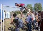 Maďarskou kameramanku odsoudili za kopání do běženců. Na tři roky podmíněně
