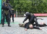 Experti: Na asociály tvrďáky z armády. Jinak nepokoje zaplaví zemi