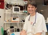 """Lékař: Umírají lidé, které medicína ,,vytvořila"""". Až zemře 15 tisíc mladých, zdravých lidí, bude zle. Konec strachu, zde je pravda"""
