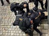 VIDEO Bratislava, poledne. Dva týmy policistů a blázen s nožem. Pak přišly výstřely. To, co následovalo, může mít dohru