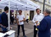 Libor Vondráček (Svobodní) mluví s voliči před stá...