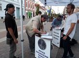Občan podepisuje petici Svobodných za zachování če...