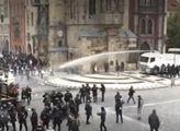 Válka na Staromáku: Policie zadržela 144 lidí. Pořadatel háže vinu na Hamáčka. A do toho zahřměl Prymula