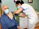 Mrtvých přibývá, očkování se vleče. Zapojení praktických lékařů se teprve připravuje