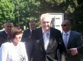 Prezident Miloš Zeman s manželkou právě vystoupili...