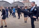 Vlaky stojí, nádražáci tančí. VIDEO Českých drah vás vykolejí