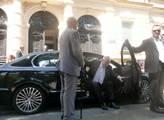 Prezident vystupuje ze svého vozu před libereckou ...