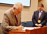 Podpis do pamětní knihy Královéhradeckého kraje