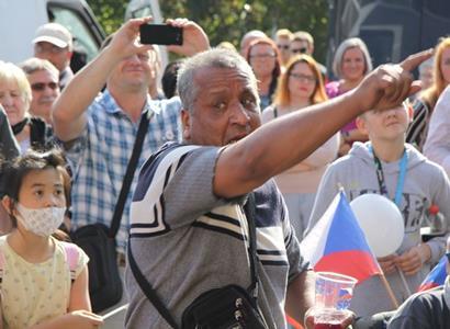 Rom na Okamurově Jarmarku: Vezmu si vajíčka a trefím ho do hlavy. Předseda se pak rozparádil o imigrantech tak, že se rychle omlouval