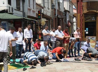 Muslimové modlící se v ulicích. A přiletěl kámen! Byli jsme v Severní Makedonii a zažili horký Balkán