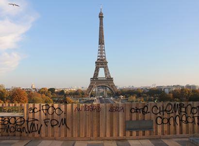 Ajaj. Francie si vyřizuje účty s USA a dalšími. Velvyslanci jdou na kobereček