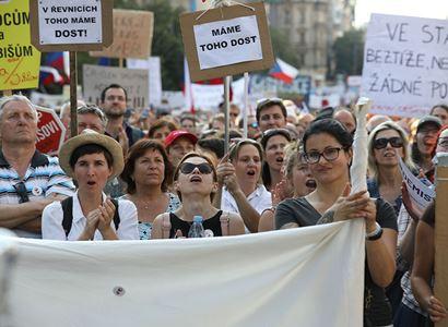 Komunista Valenta udeřil: Demonstrace organizuje nejzákeřnější skupina osob v zemi. Většina protestujících ani neví, o co běží! A vesnice? Ta má jiné starosti