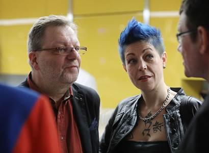Šteindler a Vávra šaškovali v metru s banány proti komunistům. Co si vyslechli nebylo pěkné