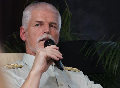 Generál Pavel seděl v tornádem poničené garáži paní Zlaty. Připomnělo mu to válkou zničenou Jugoslávii