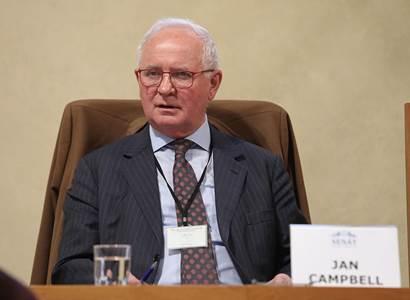 Zrádci se po využití odkopávají, varuje analytik Campbell. Pokud by se třeba v Sýrii našly zakázané zbraně z ČR, hodí nás EU i USA přes palubu