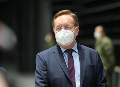 Arenberger pohrozil národu: Když budeme zlobit, budeme se i v létě potit v respirátorech