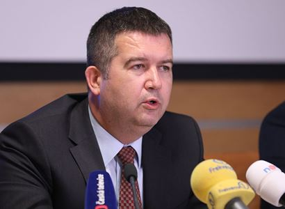 """Pokuta pro Hamáčkův úřad za nákup pušek a samopalů. """"Budu požadovat jasné vysvětlení"""", říká ministr"""