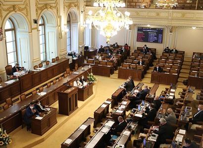 Sněmovna dnes rozhoduje o pojištění cizinců. Na poslance apelují ministři, pojišťovny i Hospodářská komora